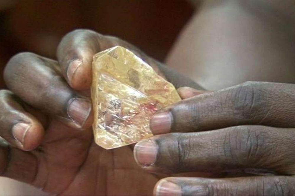Un pastor encontró un diamante gigantesco en Sierra Leona y se lo dio al gobierno
