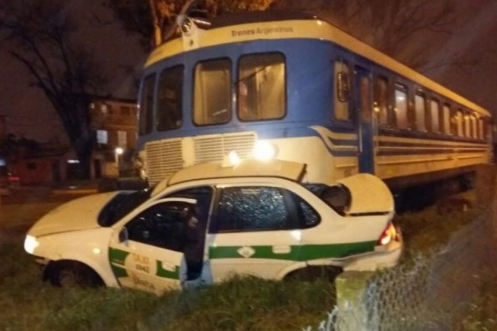 Milagro: un tren arrolló un taxi y la conductora salió caminando
