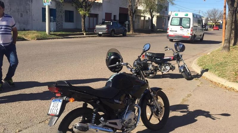 Chocaron dos motos , trasladaron a  dos personas al hospital-Video y fotos